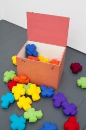 Verena Pfisterer: Rosa Kasten mit Stoffkreuzen, 1970. 37 artist-made, hand-stitched cloth crosses in various colors in painted wooden box, lambswool, fabric, yarn, wood and paint, 31 x 39,5 x 29,5 cm